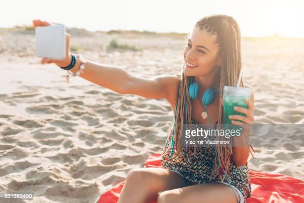 Belle femme prenant selfie sur la plage
