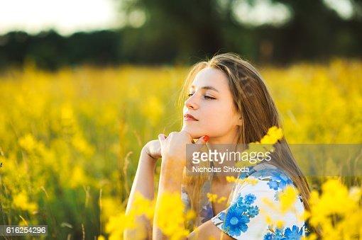Beautiful girl the flowers field flowers field sunse Healthy Lifestyle : Foto de stock