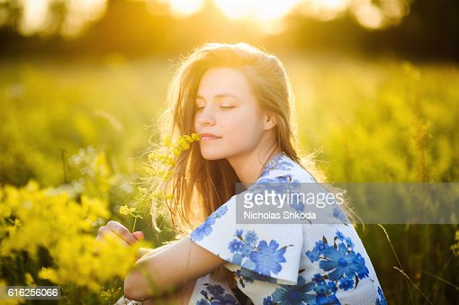 Beautiful girl the flowers field flowers field sunse Healthy Lifestyle : Foto de stock