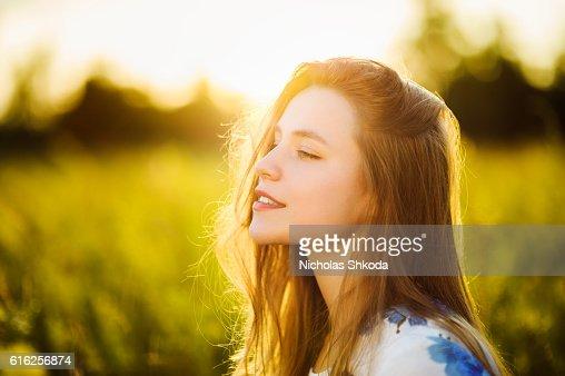 Beautiful girl the flowers field sunset Healthy Lifestyle : Foto de stock