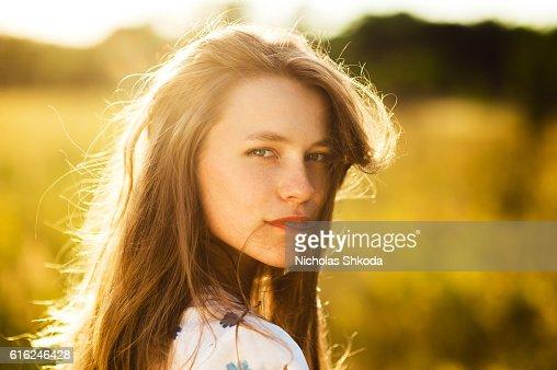 Hermosa mujer niña de las flores en el Campo de flores de campo de sol : Foto de stock