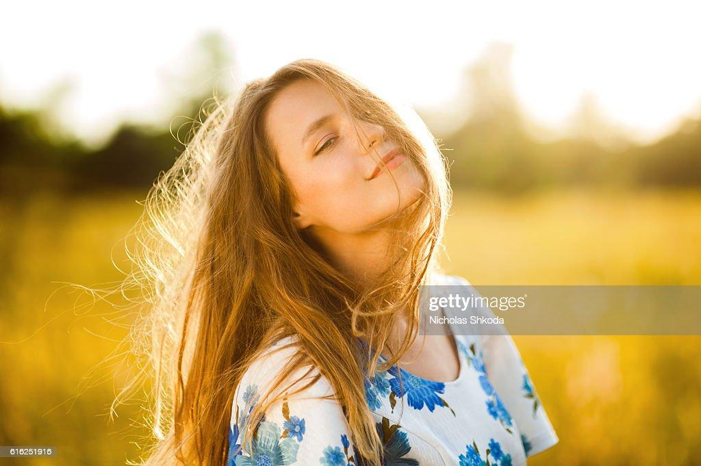 Schöne Mädchen in Blumen Feld Frau, die Blumen Feld bei Sonnenuntergang : Stock-Foto