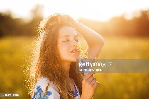 Linda menina no campo de flores de mulher no campo de Flores-do-sol : Foto de stock