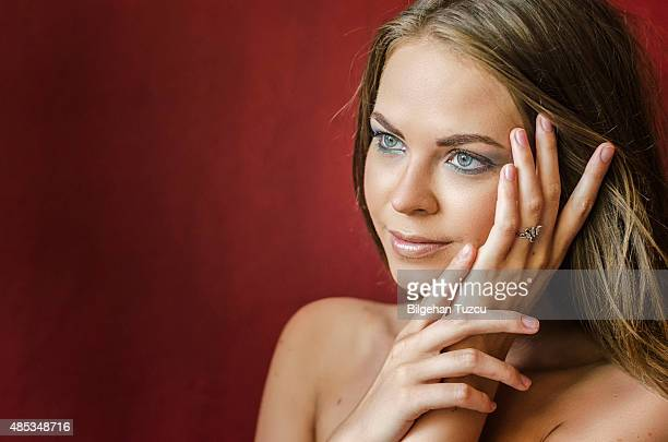 Schöne Mädchen berühren Ihr Gesicht