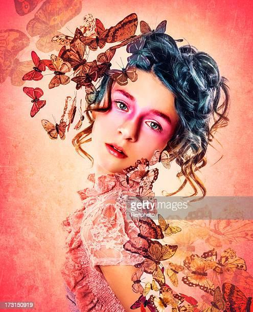 Belle fille tourner dans des papillons