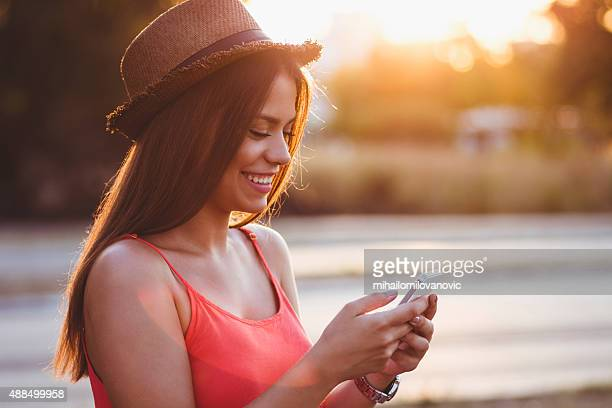 Menina bonito utilizando smartphone