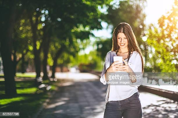Belle fille à l'aide de smartphone