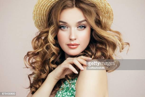 着て美しい少女の帽子