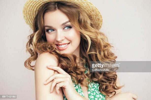 Schönes Mädchen mit Hut
