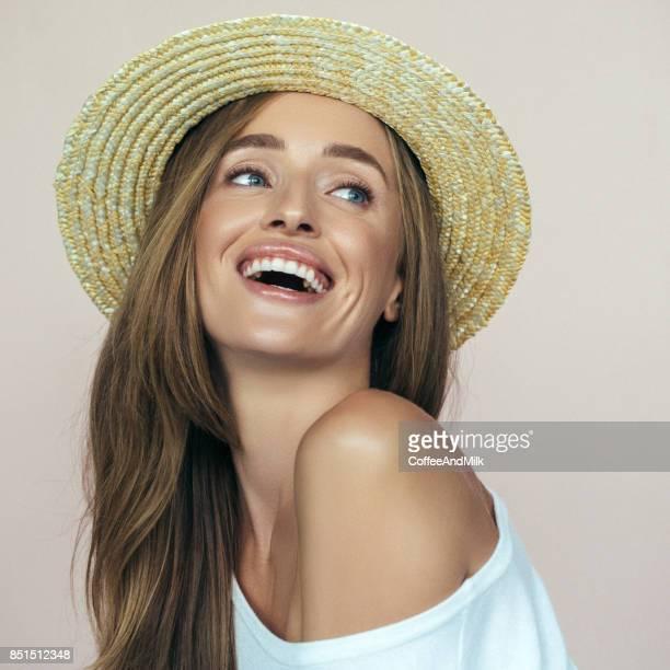 Belle Fille portant un chapeau