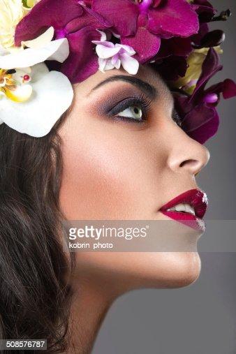 Schönes Mädchen mit hellen Blumen Kranz auf dem Kopf : Stock-Foto