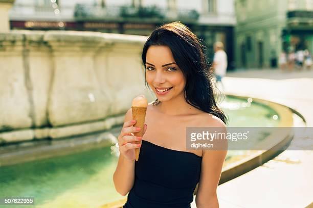 Schöne Mädchen mit Eis auf der Straße