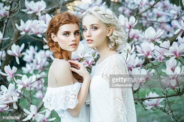 Belles filles dans le fond de printemps Bush