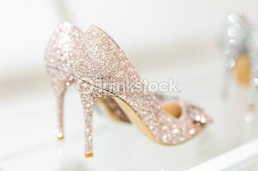 Hermoso brillo oro tacón mujer zapatos en el estante de vidrio. Accesorios  de la boda. Zapatos de Cenicienta. Enfoque selectivo 67f50bf5ffcb