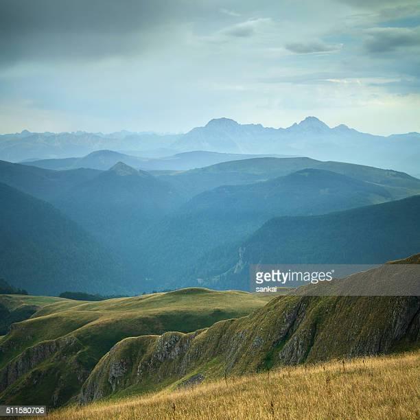 Vert magnifique vallée de la montagne après la pluie