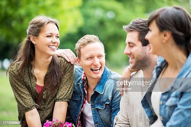 Wunderschöne Gruppe von Jugendlichen im park