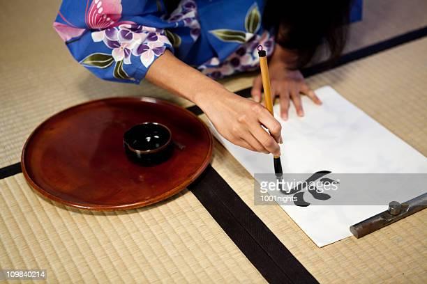 Belle geisha écrire en japonais calligraphic type
