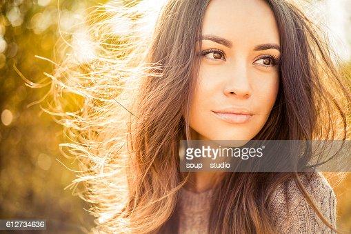 Schöne Frau im Herbst Landschaft : Stock-Foto
