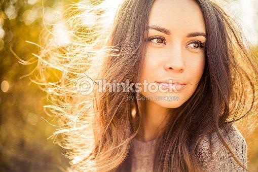 Bella signora in autunno paesaggio : Foto stock