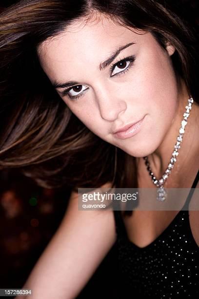 美しい音楽の若いセクシーな女性にポーズを取るカメラ、コピースペース