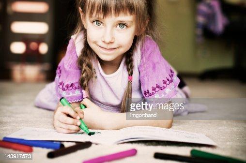 美しい小さな女の子は彼女のカラーでご予約ください。