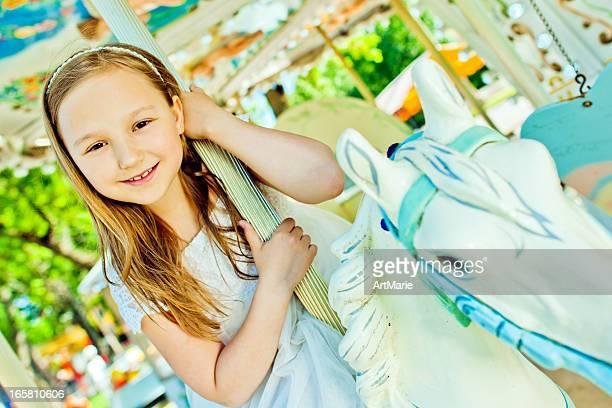 Belle petite fille dans un style rétro de manège