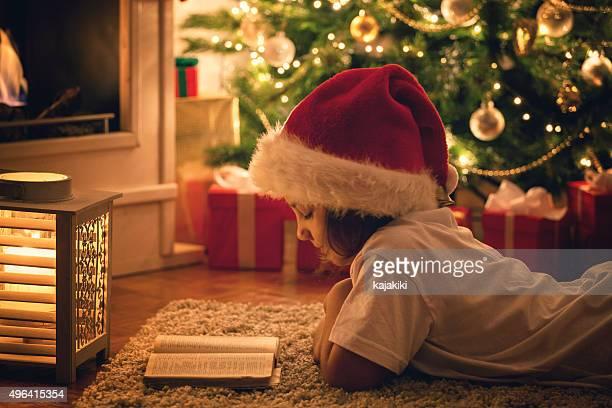 Schönes kleines Mädchen liest ein Buch