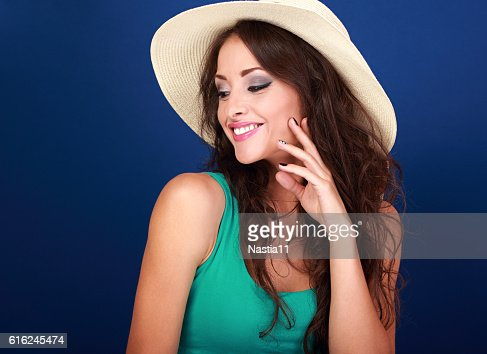 Beautiful makeup smiling woman in summer hat with curly hair : Foto de stock