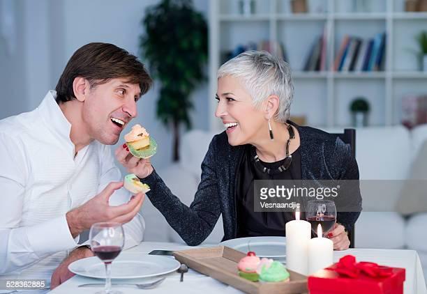 Bellezza matura-Coppia senior avere cena romantica