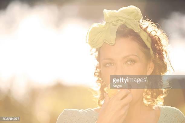 Bella donna matura mangiare Mela