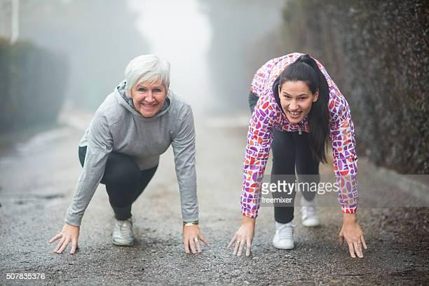 Belle femme d'âge mûr exercice avec un ami