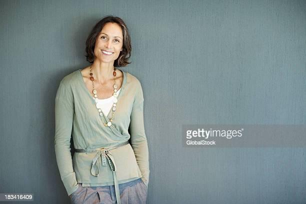 Schöne Reife Frau im stilvollen outfit mit viel copyspace