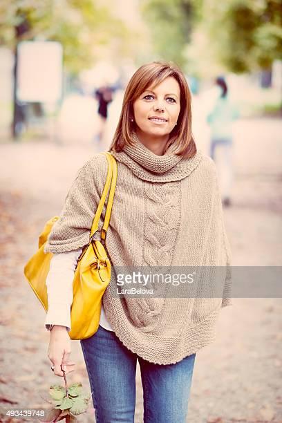 Schöne Reife Frau im park