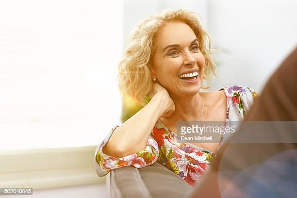 Schöne Reife Frau spricht mit einem Mann-Innenaufnahme