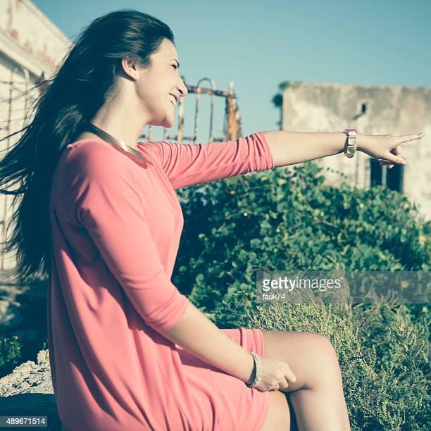 Bella ragazza nel paese mediterraneo