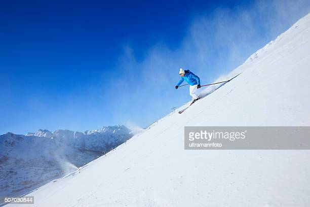 Homme de skieur de ski ski sur le soleil de stations de ski