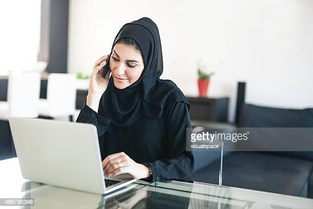 美しい中東の女性に電話で交渉する必要もなく