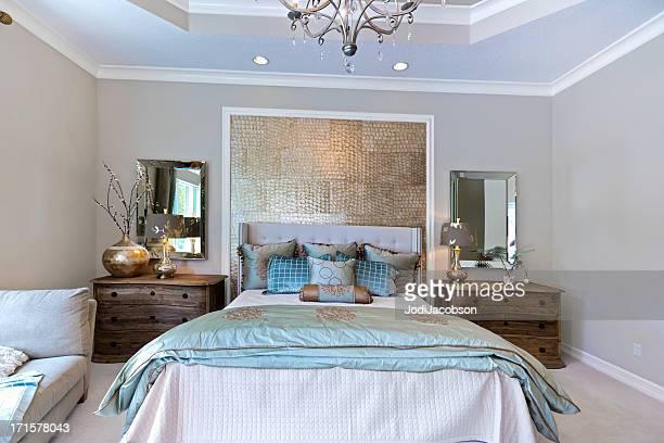 Belle chambre moderne avec elle et lui miroirs.