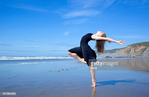 Ballerino moderno sulla spiaggia