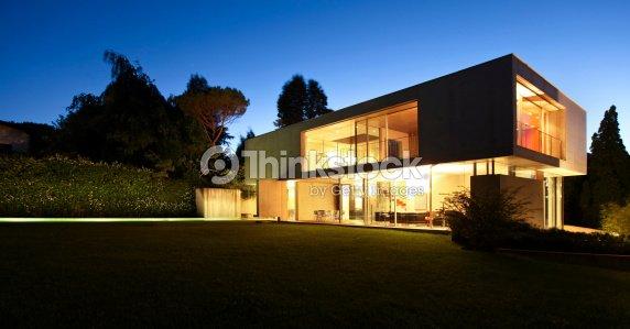 Bella casa moderna allaperto di notte foto stock thinkstock for Casa moderna bella faccia