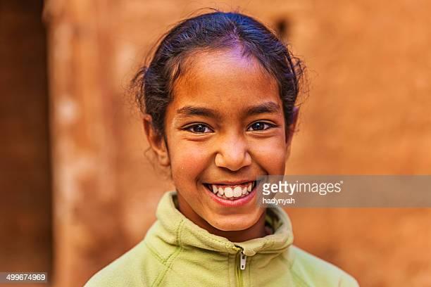 美しいイスラム教徒の少女のモロッコ kasbah