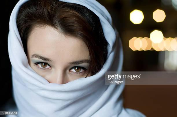 Schöne muslimische Frau mit tuareg