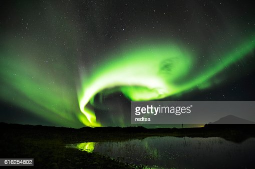 Beautiful northern lights aurora  over lake in Iceland。 : Foto de stock