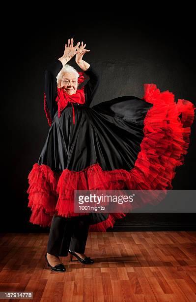 Hermosa mujer haciendo baile flamenco.