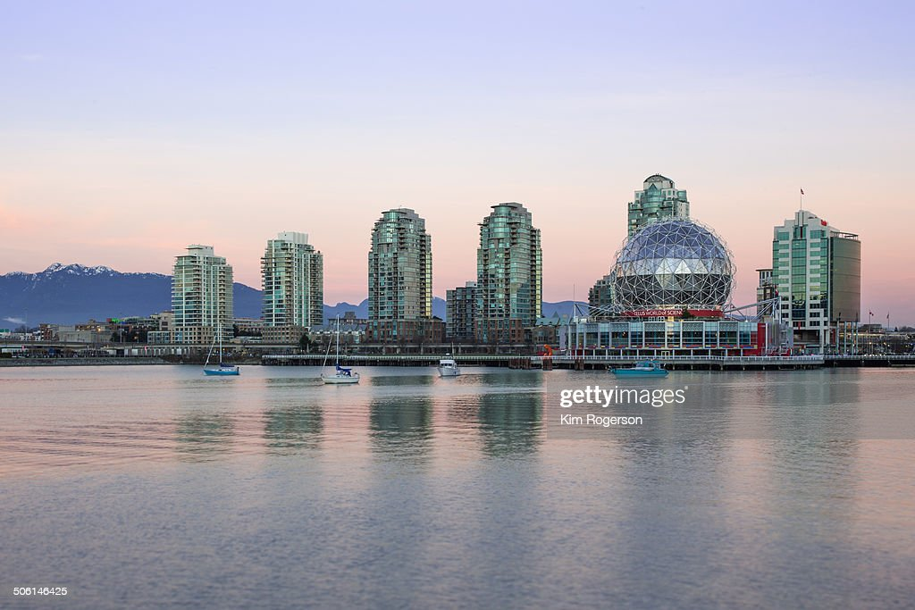 CONTENT] A beautiful pink evening in False Creek with Science World as a subject
