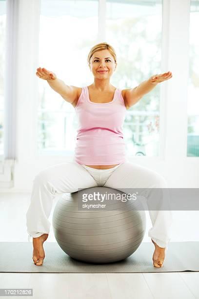Belle femme enceinte faisant des exercices.