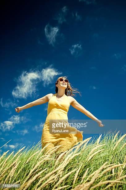 Hermosa mujer embarazada en Grass Field