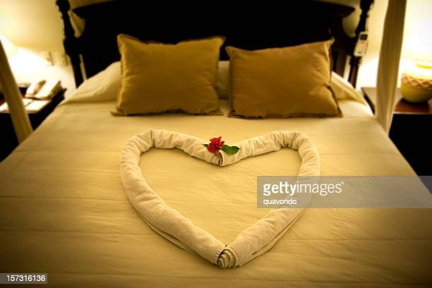 Belle lune de miel romantique lit d'une Suite de l'hôtel de Coeur serviettes
