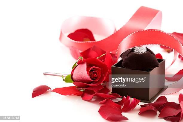 Magnifique, des pétales de Rose, ruban et Bague de fiançailles sur blanc, Copyspace