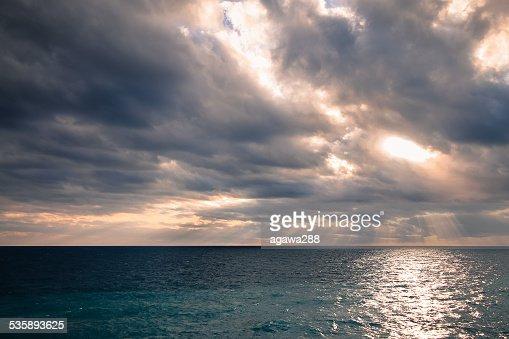 Magnifique vue panoramique sur la ligne d'horizon avec vide et ciel nuageux. : Photo